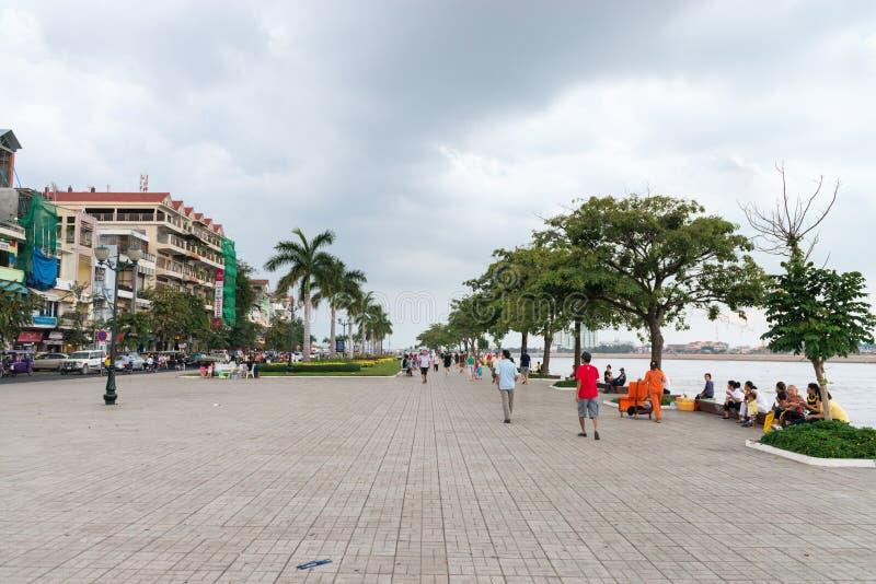 Περίπατος τσιμέντου beachfront στη Πνομ Πενχ μια νεφελώδη ημέρα στοκ εικόνες