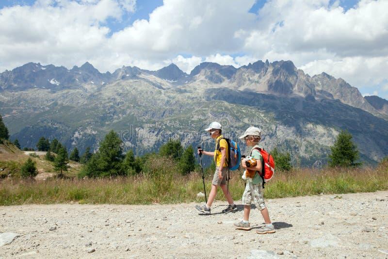 Περίπατος δύο κόλπων στην επίγεια πορεία στα θερινά βουνά στοκ φωτογραφία με δικαίωμα ελεύθερης χρήσης