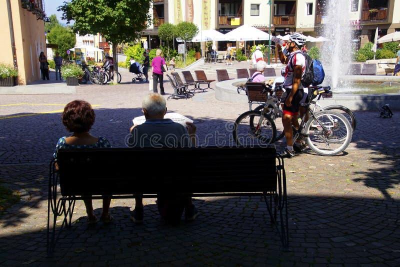 Περίπατος Bicyclists μέσω της πλατείας της πόλης στοκ φωτογραφία με δικαίωμα ελεύθερης χρήσης