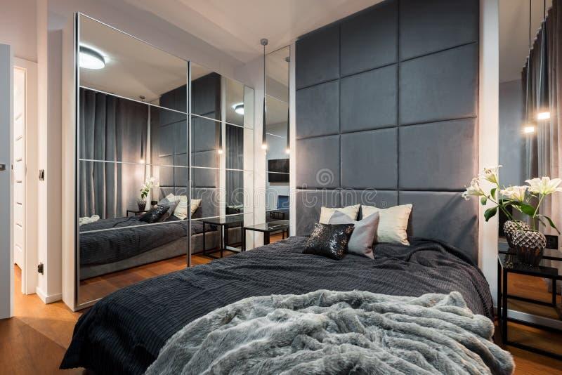 Περίπλοκη κρεβατοκάμαρα με το διπλό κρεβάτι στοκ φωτογραφίες