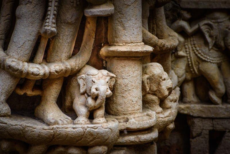 Περίπλοκοι ελέφαντες στο βήμα καλά σε Patan, Ινδία στοκ εικόνες