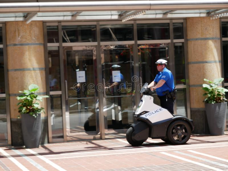 Περίπολος αστυνομικών οι οδοί στο ηλεκτρικό μηχανικό δίκυκλο στοκ εικόνες με δικαίωμα ελεύθερης χρήσης