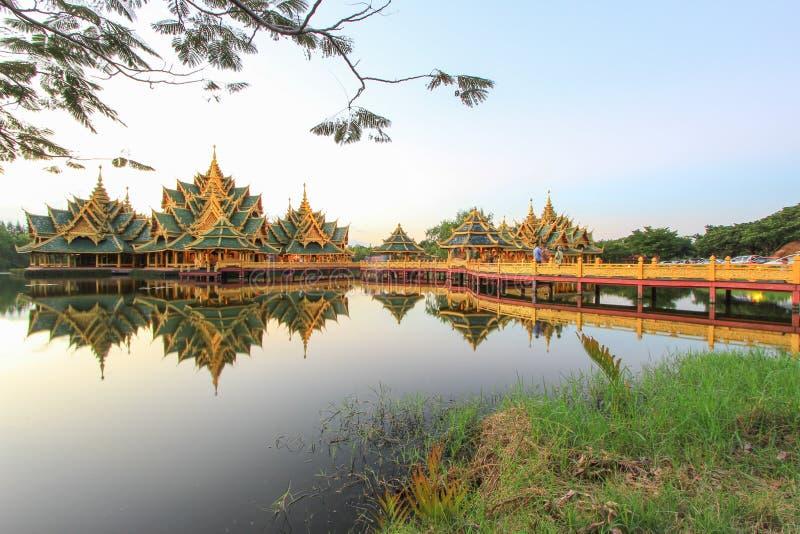 Περίπτερο διαφωτισμένη στο αρχαίο Σιάμ, Samutparkan, Ταϊλάνδη στοκ εικόνα