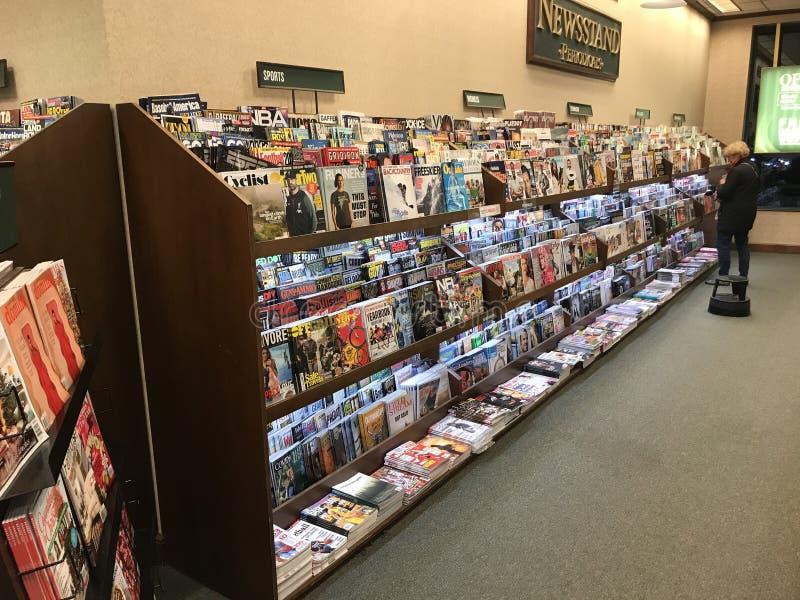 Περίπτερο περιοδικών σε βιβλιοπωλείο Barnes και Noble στοκ εικόνες με δικαίωμα ελεύθερης χρήσης