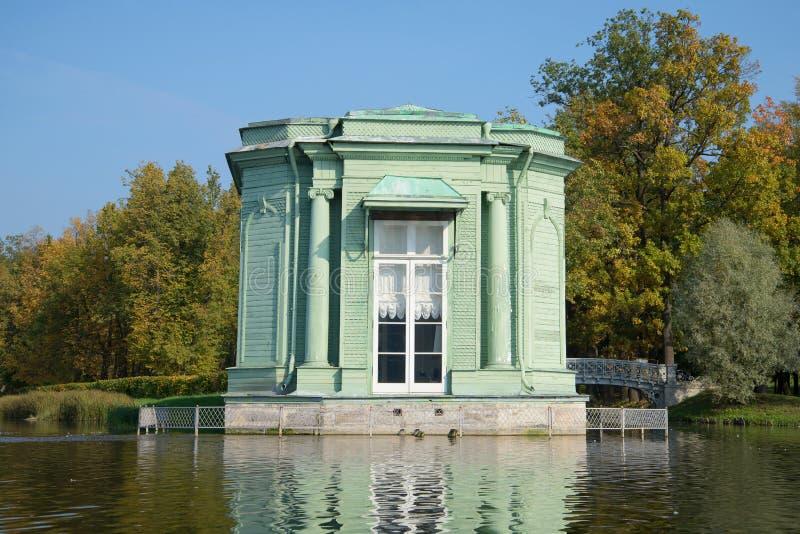 Περίπτερο της κινηματογράφησης σε πρώτο πλάνο της Αφροδίτης Η άποψη από την άσπρη λίμνη του πάρκου παλατιών της Γκάτσινα Ρωσία στοκ φωτογραφία με δικαίωμα ελεύθερης χρήσης