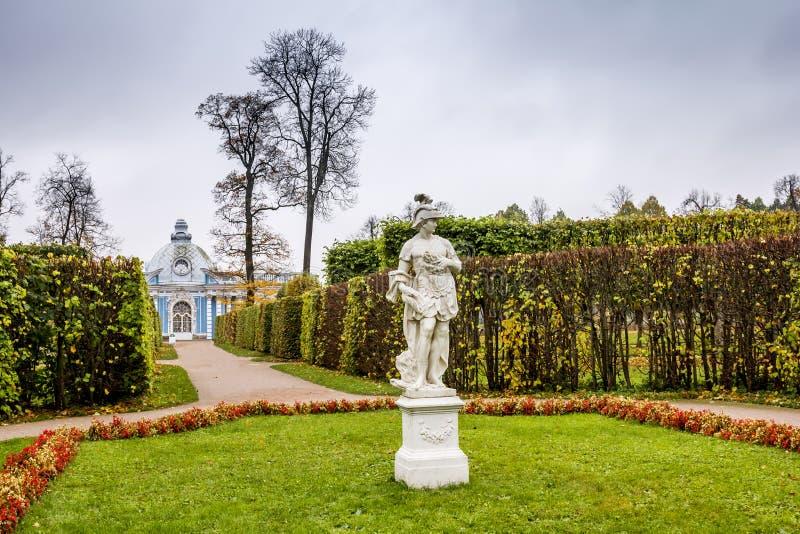 Περίπτερο Grotto στο πάρκο της Catherine σε Pushkin το φθινόπωρο. στοκ φωτογραφία με δικαίωμα ελεύθερης χρήσης
