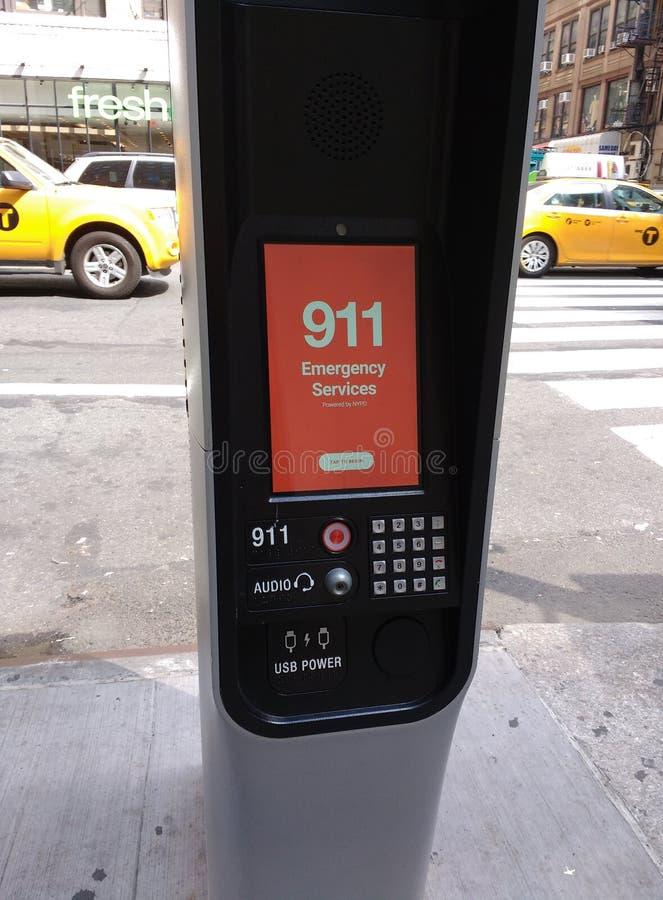 Περίπτερο LinkNYC, ένα νέο δίκτυο επικοινωνιών, 911 υπηρεσίες επειγόντων, πόλη της Νέας Υόρκης, ΗΠΑ στοκ εικόνες