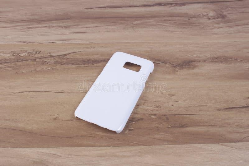 Περίπτωση για το έξυπνο τηλέφωνο στο ξύλινο υπόβαθρο στοκ φωτογραφία με δικαίωμα ελεύθερης χρήσης