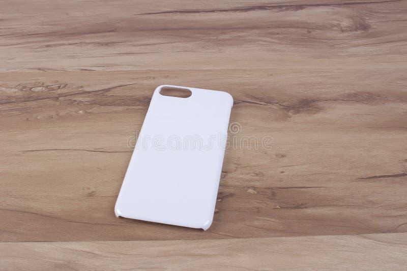 Περίπτωση για το έξυπνο τηλέφωνο στο ξύλινο υπόβαθρο στοκ φωτογραφίες
