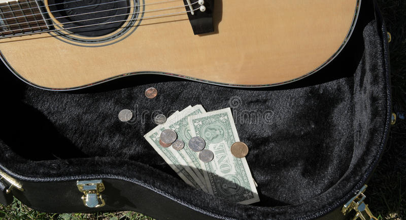 Περίπτωση κιθάρων με τα χρήματα busker στοκ φωτογραφία