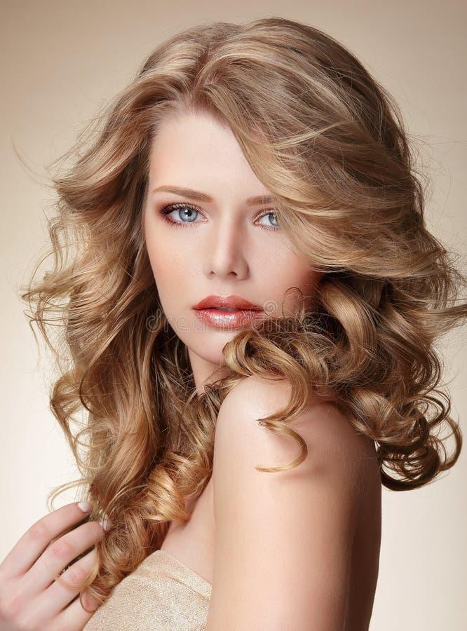 Περίπλοκη γυναίκα με το τέλειο δέρμα και τη ρέοντας ξανθή υγιή τρίχα στοκ εικόνες με δικαίωμα ελεύθερης χρήσης