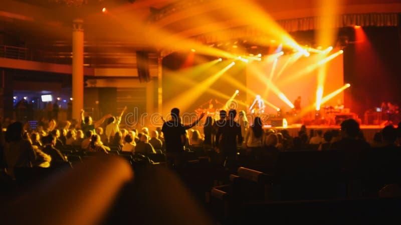 Περίληψη που θολώνεται - άνθρωποι σε μια συναυλία βράχου στοκ εικόνα με δικαίωμα ελεύθερης χρήσης