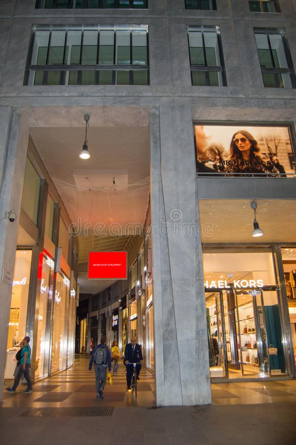 Περαστικοί στο Galleria Vittorio Emanuele στο Μιλάνο αργά το βράδυ, στις 5 Οκτωβρίου 2018 στοκ εικόνα