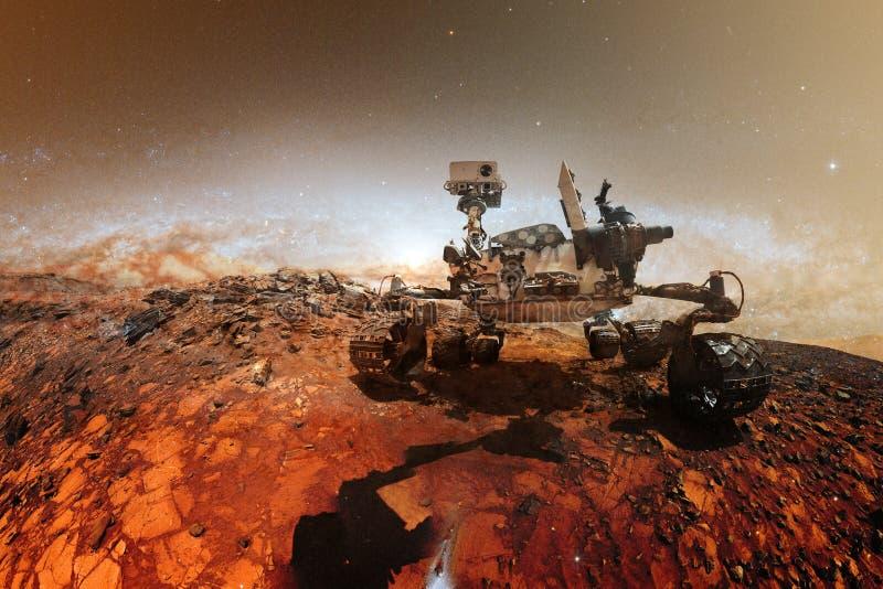Περιέργεια Άρης Rover που ερευνά την επιφάνεια του κόκκινου πλανήτη στοκ φωτογραφίες