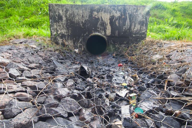 Περιβαλλοντική ρύπανση. πετρέλαιο μηχανών από έναν σωλήνα στοκ εικόνες με δικαίωμα ελεύθερης χρήσης