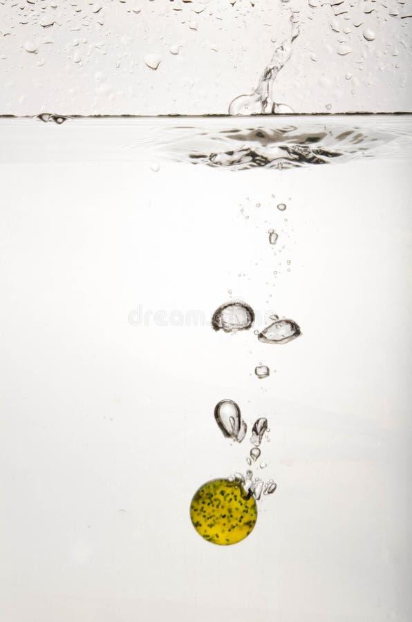 Περιερχόμενος σφαίρα στο νερό στοκ εικόνα με δικαίωμα ελεύθερης χρήσης