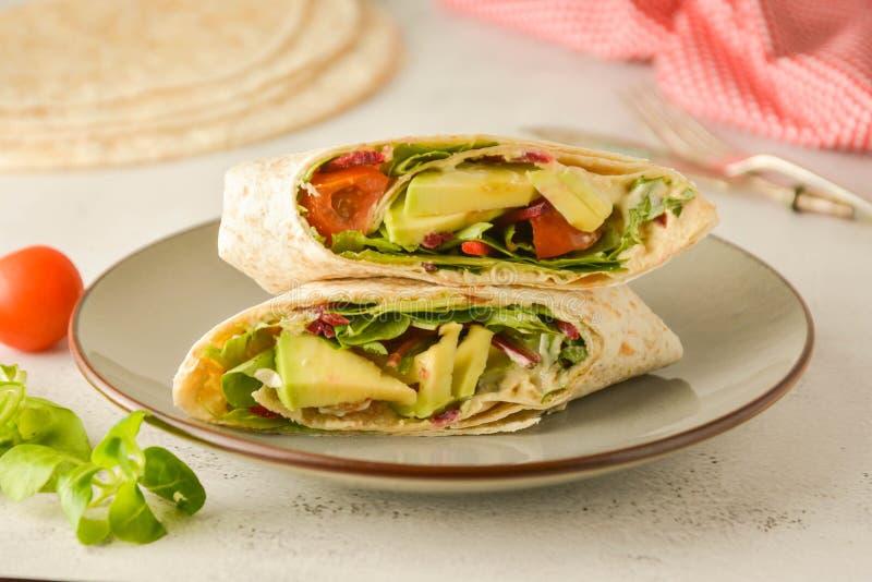 Περικαλύμματα ή torttila Αβοκάντο, vegan σάντουιτς περικαλυμμάτων r στοκ φωτογραφία