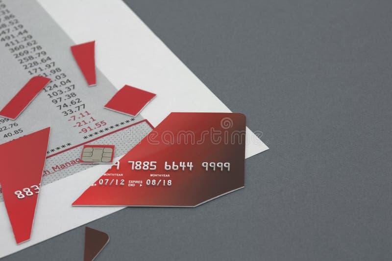 Περικοπή επάνω στην πιστωτική κάρτα στη δήλωση τράπεζας στοκ εικόνες