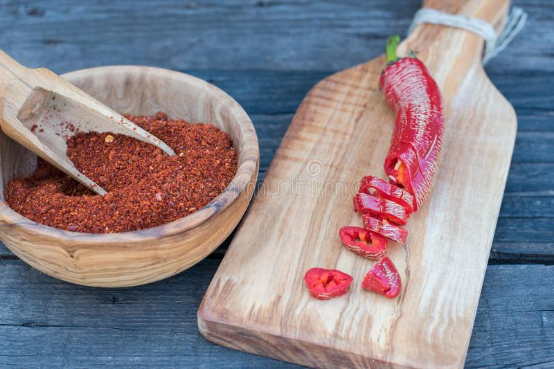 Περικοπή κόκκινων πιπεριών και συντριμμένος στοκ εικόνες με δικαίωμα ελεύθερης χρήσης