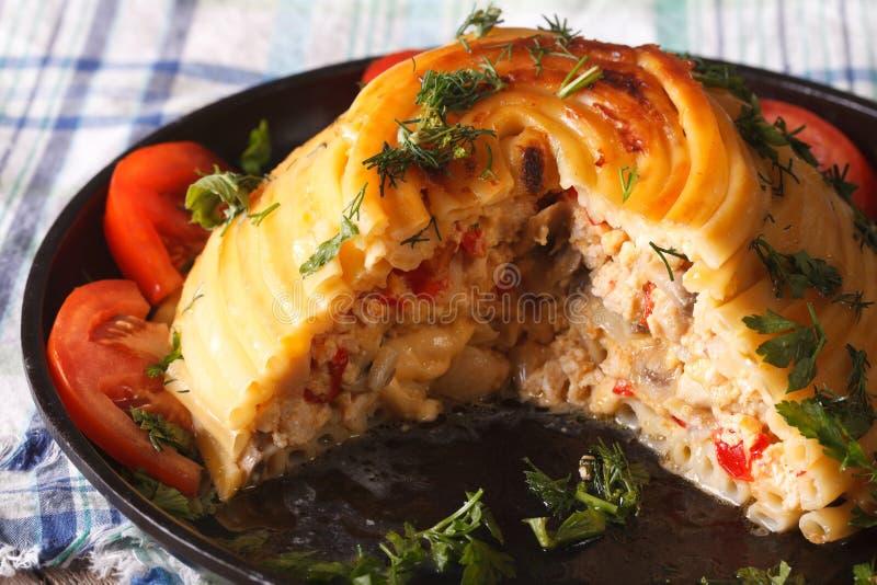 Περικοπή timbale των ζυμαρικών που γεμίζονται με το κοτόπουλο, τα μανιτάρια και το τυρί στοκ φωτογραφίες