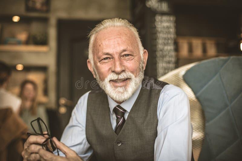 Περιμένετε την ηλικία με ένα χαμόγελο στοκ φωτογραφίες