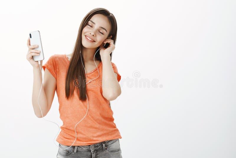 Περιμένετε το SEC, καλύτερος ερχομός λυρικών ποιημάτων Πορτρέτο του ευτυχούς όμορφου ξένοιαστου κοριτσιού στην περιστασιακή εξάρτ στοκ φωτογραφία με δικαίωμα ελεύθερης χρήσης