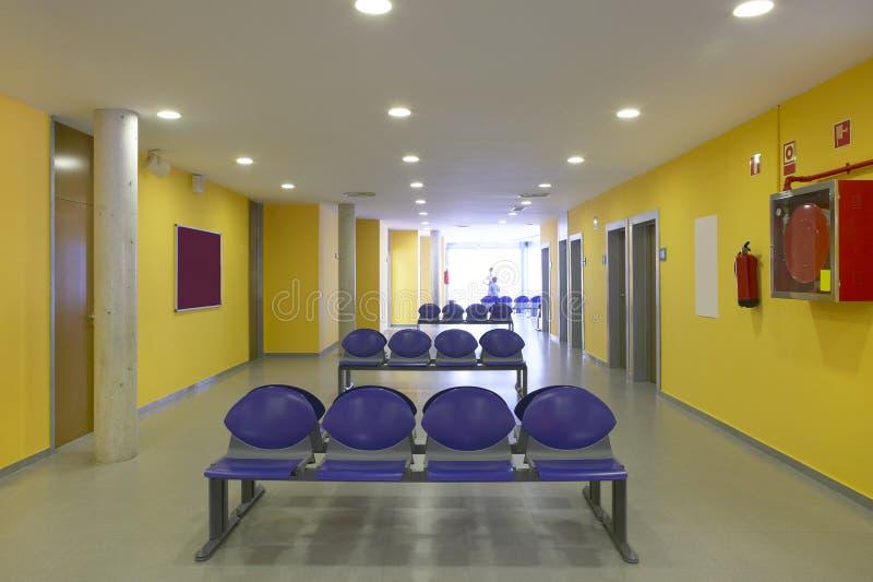 Περιμένοντας δωμάτια περιοχής και χειρουργικών επεμβάσεων στο κέντρο κλινικών στοκ φωτογραφίες με δικαίωμα ελεύθερης χρήσης