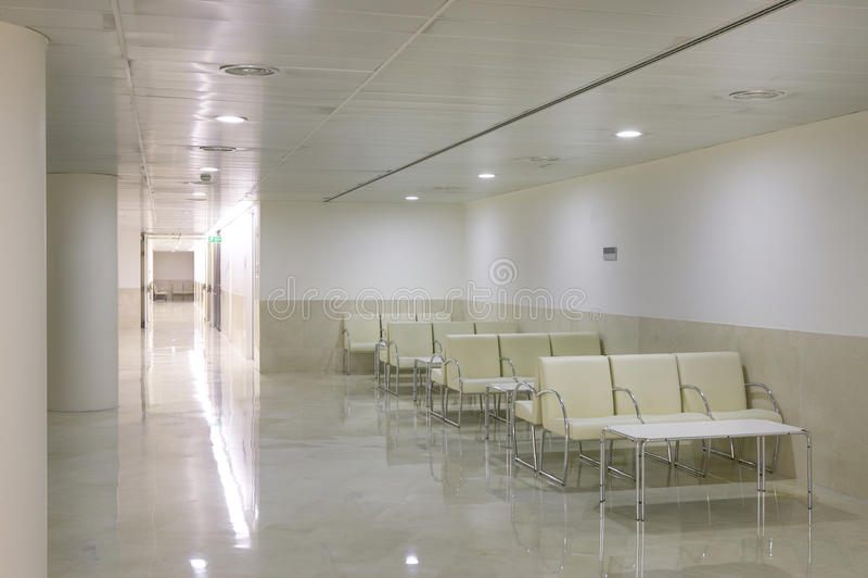 Περιμένοντας δωμάτια περιοχής και χειρουργικών επεμβάσεων στο κέντρο κλινικών στοκ φωτογραφία