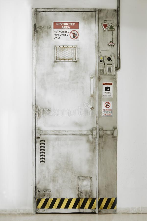 Περιορισμένη πόρτα περιοχής Εξουσιοδοτημένο προσωπικό ασφάλεια σημείων ελέγχο&u στοκ φωτογραφίες