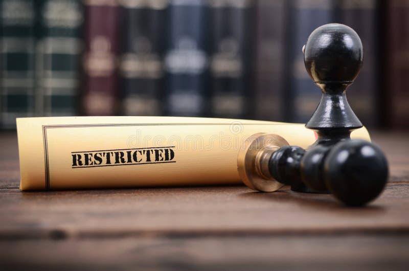 Περιορισμένη σφραγίδα εγγράφων και συμβολαιογράφων στο ξύλινο υπόβαθρο στοκ φωτογραφία με δικαίωμα ελεύθερης χρήσης