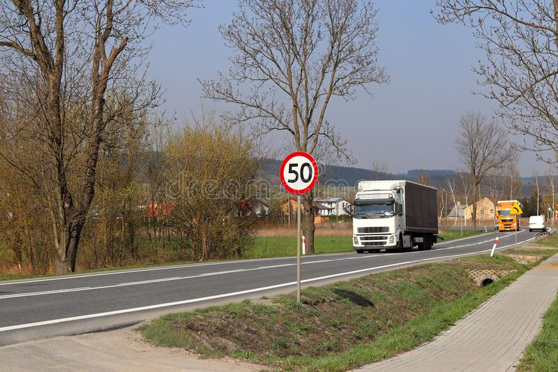 Περιορισμός της ταχύτητας της κυκλοφορίας σε 50 km/h Οδικό σημάδι στην εθνική οδό ασφάλεια της κυκλοφορίας Μεταφορά μηχανών των ε στοκ εικόνα