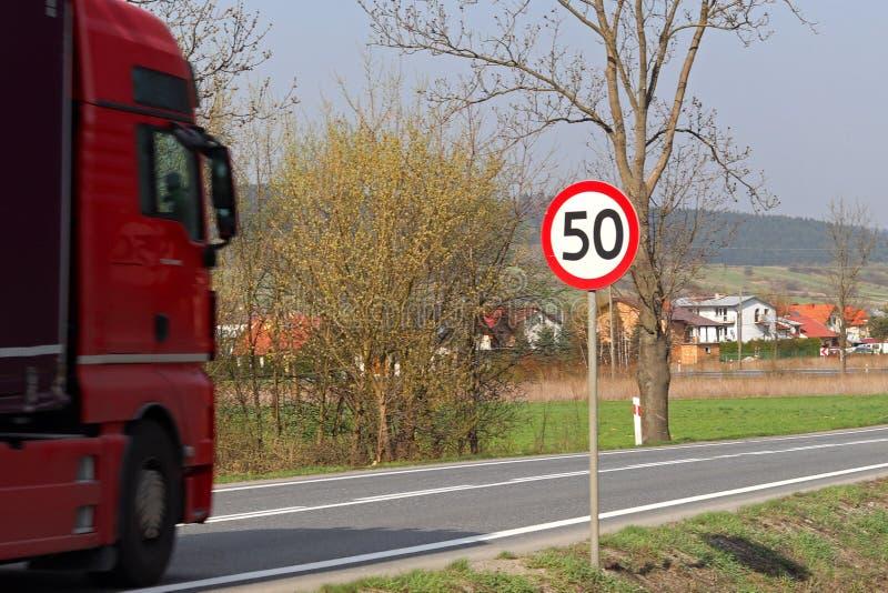 Περιορισμός της ταχύτητας της κυκλοφορίας σε 50 km/h Οδικό σημάδι στην εθνική οδό ασφάλεια της κυκλοφορίας Μεταφορά μηχανών των ε στοκ φωτογραφίες με δικαίωμα ελεύθερης χρήσης