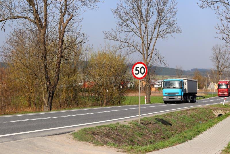 Περιορισμός της ταχύτητας της κυκλοφορίας σε 50 km/h Οδικό σημάδι στην εθνική οδό ασφάλεια της κυκλοφορίας Μεταφορά μηχανών των ε στοκ εικόνα με δικαίωμα ελεύθερης χρήσης