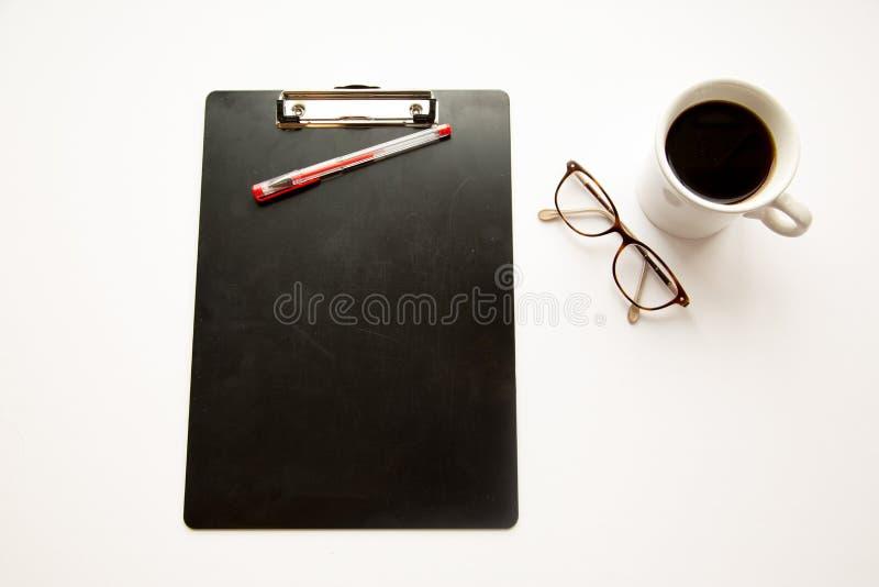 Περιοχή αποκομμάτων, γυαλιά, μάνδρες και καφές στοκ φωτογραφία με δικαίωμα ελεύθερης χρήσης