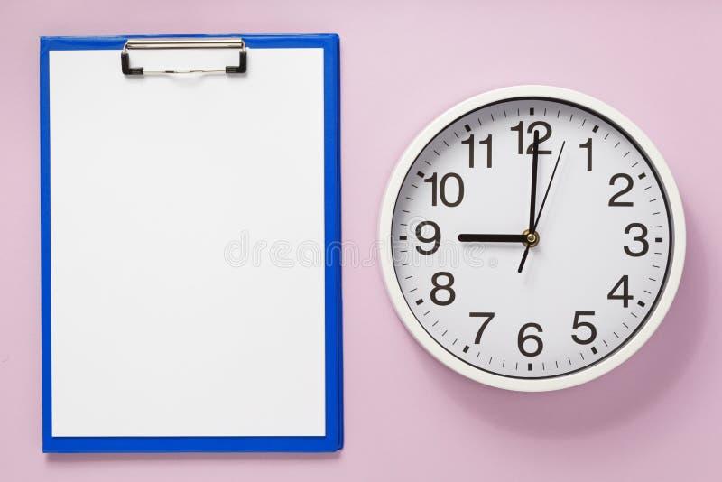 Περιοχή αποκομμάτων εγγράφου και ρολόι τοίχων στο αφηρημένο υπόβαθρο στοκ φωτογραφίες με δικαίωμα ελεύθερης χρήσης