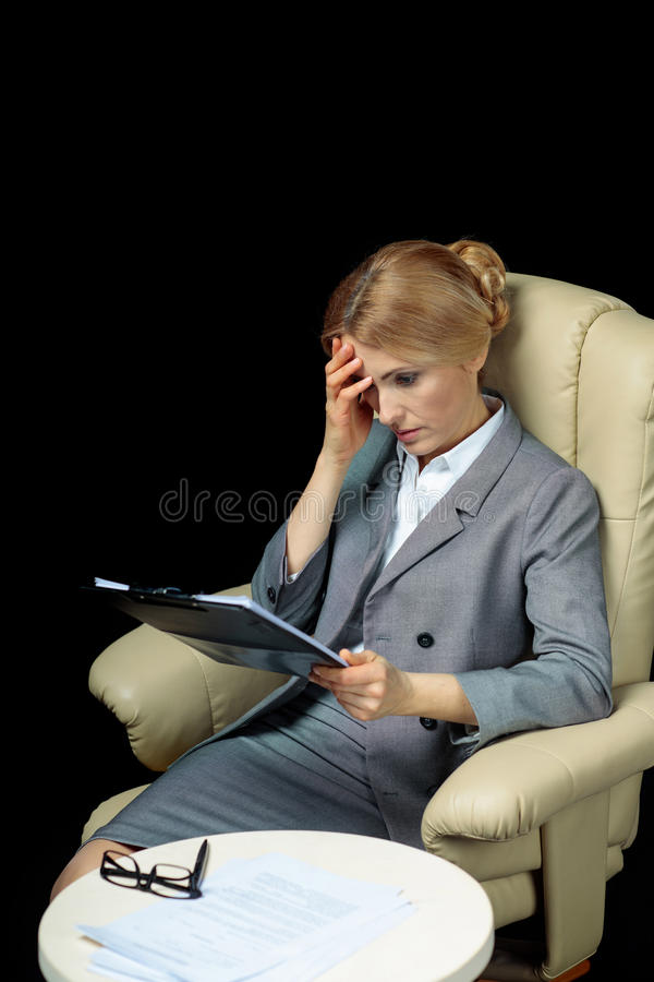 Περιοχή αποκομμάτων εκμετάλλευσης επιχειρηματιών με τα έγγραφα που κάθονται στην πολυθρόνα στοκ φωτογραφίες