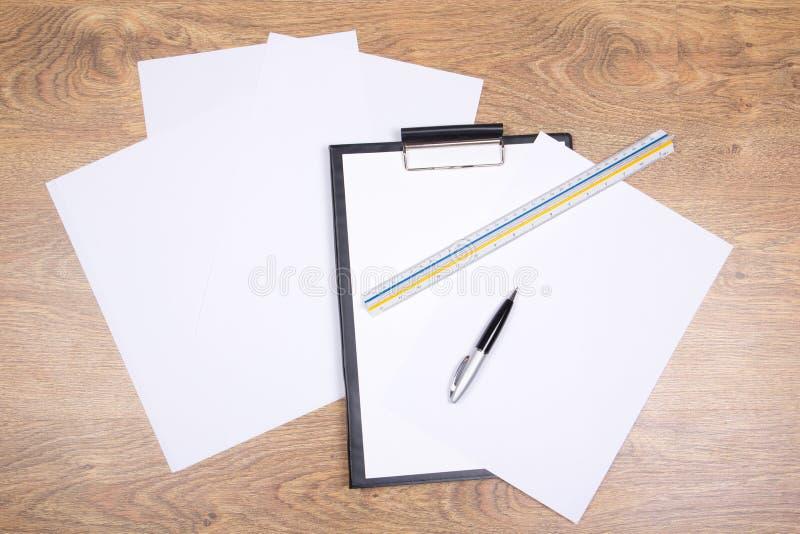 Περιοχή αποκομμάτων, μάνδρα, straightedge και έγγραφο στοκ φωτογραφία με δικαίωμα ελεύθερης χρήσης