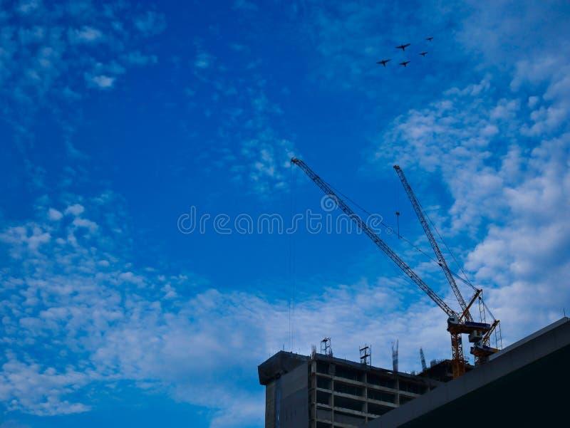 Περιοχή βιομηχανίας γερανών οικοδόμησης για το υψηλό υπόβαθρο κτηρίου και μπλε ουρανού με το διάστημα αντιγράφων στοκ φωτογραφία με δικαίωμα ελεύθερης χρήσης