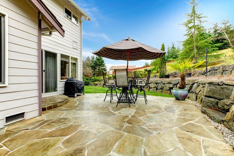 Περιοχή εγχώριου patio που αγνοεί τον όμορφο εξωραϊσμό στοκ εικόνα με δικαίωμα ελεύθερης χρήσης