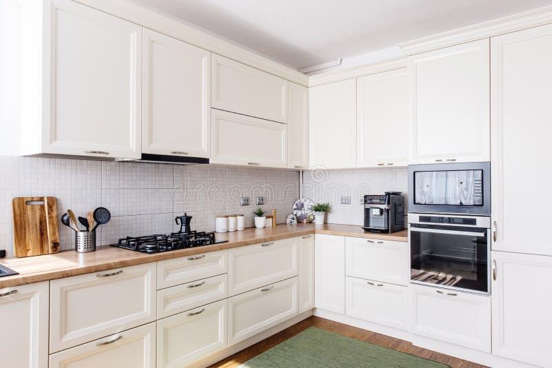 Περιοχή κουζινών στο νέο σπίτι Σύγχρονο σχέδιο και άσπρα έπιπλα στοκ φωτογραφίες με δικαίωμα ελεύθερης χρήσης