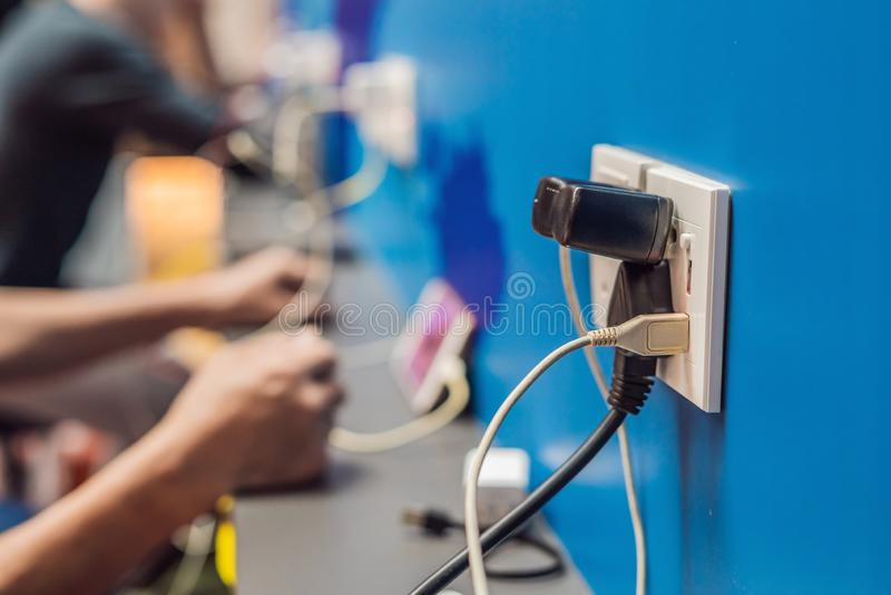 Περιοχή σταθμών μπαταριών φόρτισης κινητή δημόσια Βούλωμα κινητών τηλεφώνων του προσαρμοστή ηλεκτρικής δύναμης στην αίθουσα αερολ στοκ εικόνα