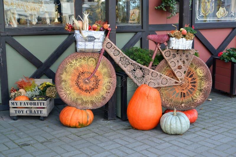 Περιοχή Kaliningrad, της Ρωσίας Σύνθεση φθινοπώρου με το ποδήλατο και τις κολοκύθες στοκ εικόνα με δικαίωμα ελεύθερης χρήσης
