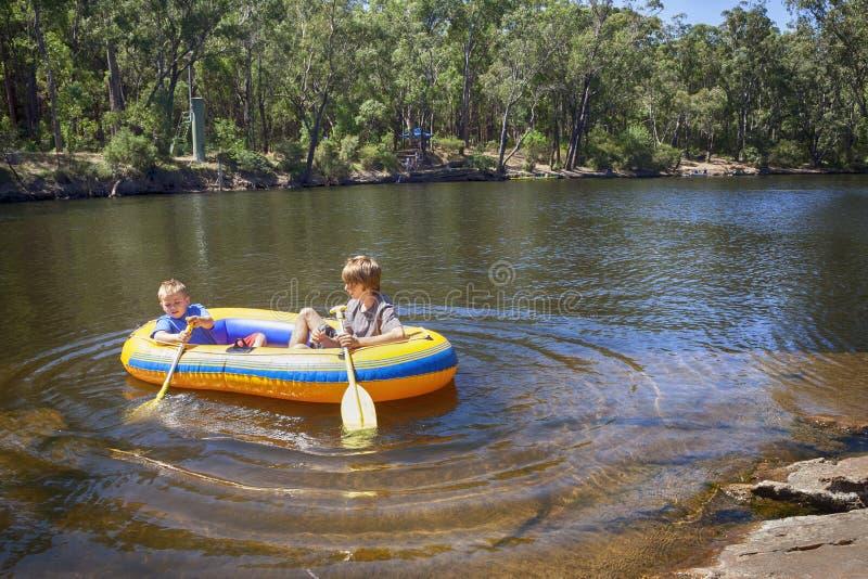 Περιπέτεια ποταμών για τα αγόρια στοκ εικόνα