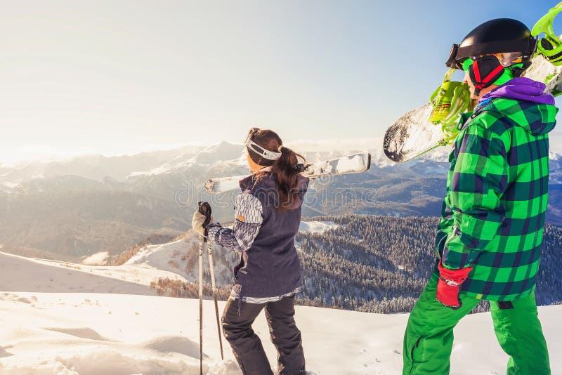 Περιπέτεια στο χειμερινό αθλητισμό Σκιέρ και snowboarder πεζοπορία στο βουνό στοκ εικόνες