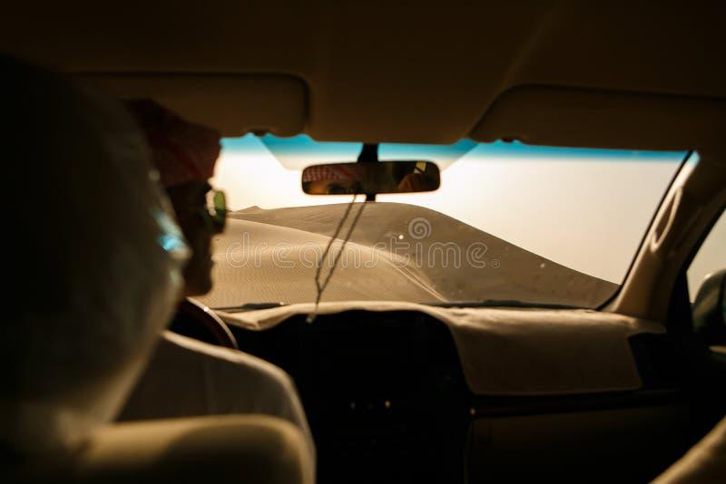 Περιπέτεια, ταξίδι ή ενεργός και ακραία έννοια διακοπών: ακραίο σαφάρι Άποψη του αμμόλοφου άμμου από το πλαϊνό αυτοκίνητο στοκ φωτογραφία με δικαίωμα ελεύθερης χρήσης