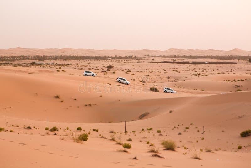 Περιπέτεια, ταξίδι ή ενεργός και ακραία έννοια διακοπών: ακραίο σαφάρι Από τα οδικά οχήματα που οδηγούν στην έρημο στοκ εικόνα με δικαίωμα ελεύθερης χρήσης