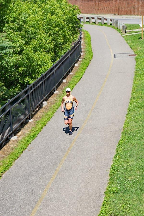 Περιπέτεια Triathlon Greenway Roanoke - δρομέας στοκ φωτογραφία με δικαίωμα ελεύθερης χρήσης