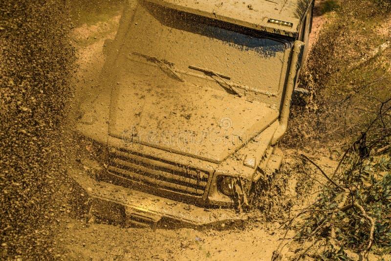 Περιπέτειες τζιπ υπαίθρια Από το φορτηγό οδικού αθλητισμού μεταξύ του τοπίου βουνών Λάστιχο εγκαυμάτων αγωνιστικών αυτοκινήτων έλ στοκ εικόνες