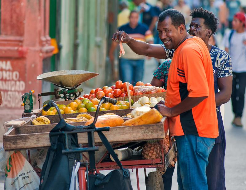 Περιπλαμένος πωλητής φρούτων στις οδούς της Αβάνας στην Κούβα στοκ εικόνα με δικαίωμα ελεύθερης χρήσης