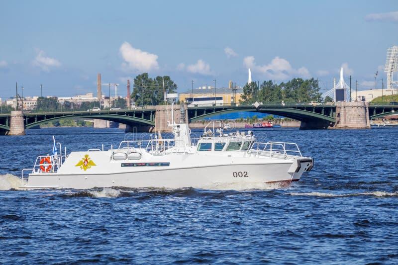 Περιπολικό σκάφος του διοικητής--προϊσταμένου του ναυτικού στη ναυτική παρέλαση πρόβας την ημέρα του ρωσικού στόλου στοκ εικόνα με δικαίωμα ελεύθερης χρήσης